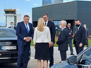 Додик, Цвијановић и Чубриловић испратили делегацију Србије са аеродрома у Маховљанима